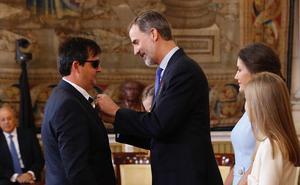 El rey Felipe VI condecora a un abulense por dedicar su vida a los demás