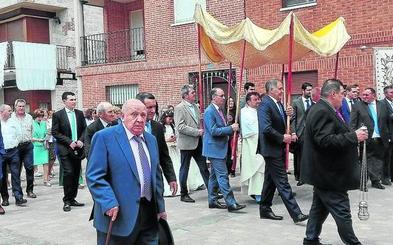 535 años de Corpus con sombrero de ala ancha en Peñaflor de Hornija