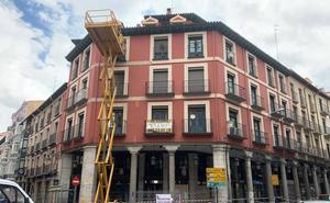 Los operarios retiran los elementos con riesgo de caída de la fachada de la esquina de Platerías