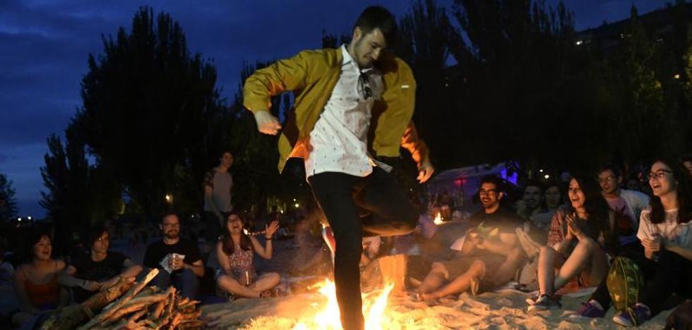 Miles de personas reciben el verano en torno al fuego de San Juan en Las Moreras