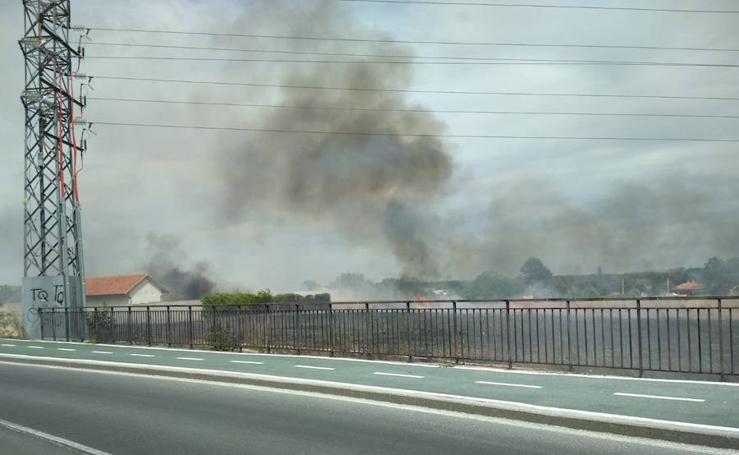 Fuego en la zona entre Puente Ladrillo y Cabrerizos en Salamanca