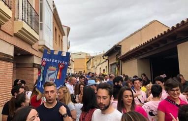 El desfile de peñas marca el inicio de las fiestas de Villalón de Campos