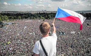 250.000 checos exigen en Praga la dimisión del primer ministro