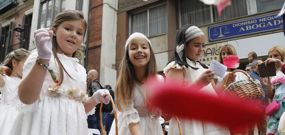 Los niños desfilan en el Corpus en un nuevo recorrido por las obras de la catedral de Palencia