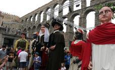 Gigantes y cabezudos pasean por Segovia el día de San Juan