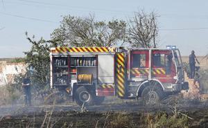 Los Bomberos apagan el incendio de un camión en Palencia