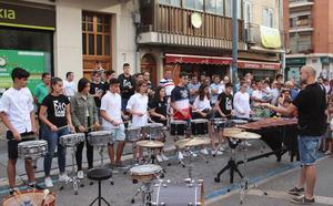 La cantera musical de Cuéllar saca a las calles de la villa todo su potencial