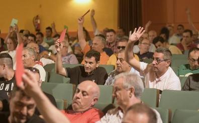 Los taxistas de Valladolid despiden a su presidente durante una década aprobando las cuentas