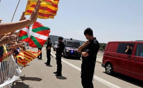 Los presos del 'procés' llegan a la cárcel Lledoners saludando desde la furgoneta de los Mossos
