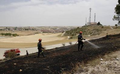 Un incendio arrasa pasto y matorral en la zona de Las Lomas, en Cuéllar