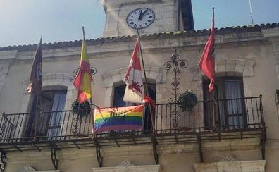 La bandera arcoíris ondea en el balcón del Ayuntamiento de Cuéllar