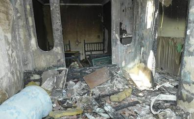 Las llamas devoran una casa molinera de la calle de los Monegros de Valladolid