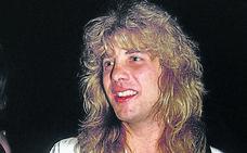 El exbatería de Guns N'Roses se apuñala en el vientre