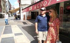 Carmen Lomana, selfies y calor en su visita a León