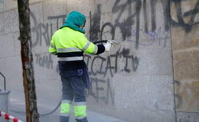 La Policía Local identifica y denuncia a un joven que hacía pintadas en el centro de Salamanca