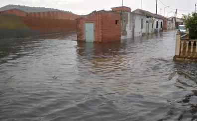 Una intensa tromba de agua anega varias calles de Pedrajas