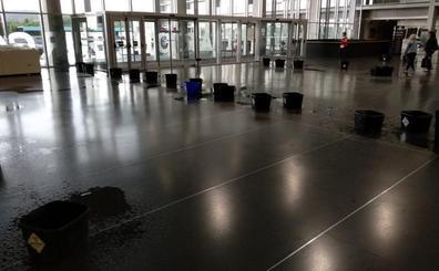 La tormenta obliga a colocar cubos para las goteras del interior del Hospital de Burgos