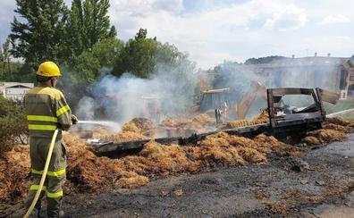 Arde un remolque de paja junto al puente de San Roque en Cervera, Palencia