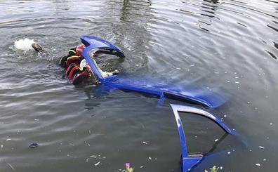 Los Bomberos de Valladolid extraen un coche robado del Canal de Castilla