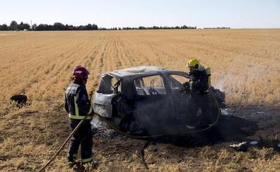 Arde un vehículo al salirse de la carretera en la SA-605, en Castellanos de Moriscos