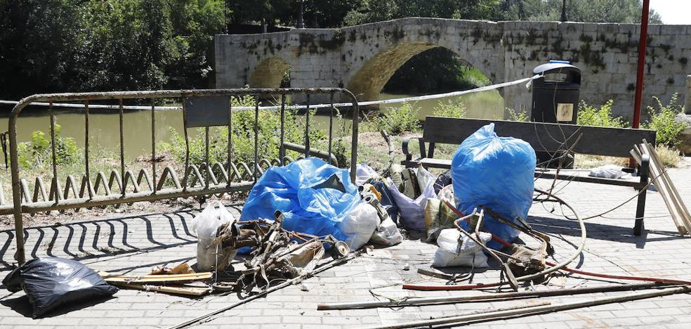Hoy hay menos basura bajo el agua del Carrión en Palencia