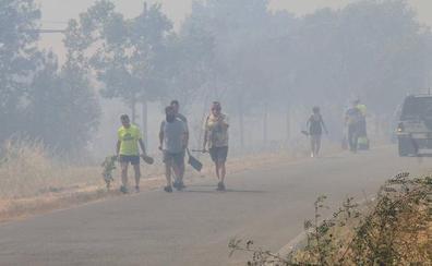 Un incendio, que ha alcanzado el nivel 2, amenaza Trescasas y obliga a desalojar una quincena de viviendas