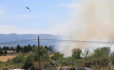 Estabilizado el fuego de Trescasas que amenazó a una residencia de ancianos, una línea de alta tensión y una planta embotelladora