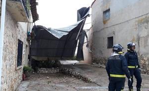 Una gran chapa vuela 60 metros y se encaja entre dos viviendas en Valdenebro (Valladolid)
