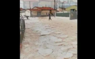 Calles inundadas y la caída de cascotes y cableados, consecuencias de la tormenta en Zamora