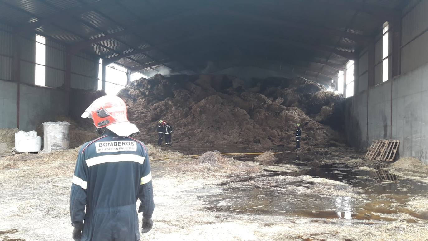 Una nave llena de forraje se quema en una vaquería de Barrios de la Vega