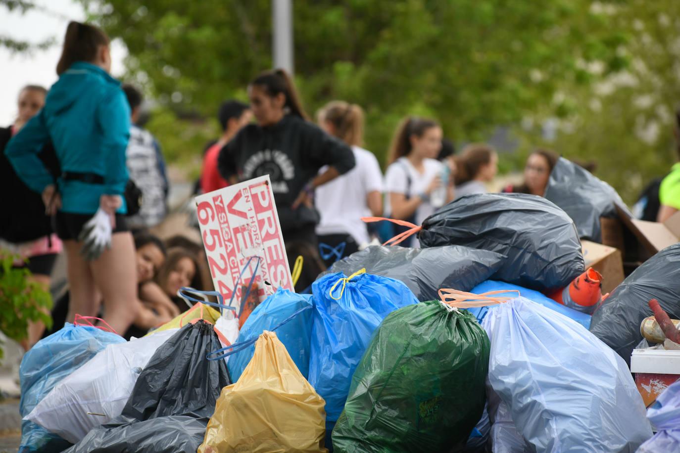 Más de 50 jóvenes limpian el barrio de Parquesol, en Valladolid