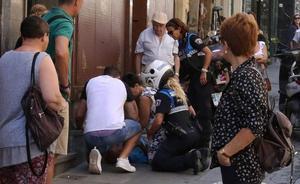 Viandantes practican un masaje cardiaco a un hombre que se desplomó en plena Calle Real