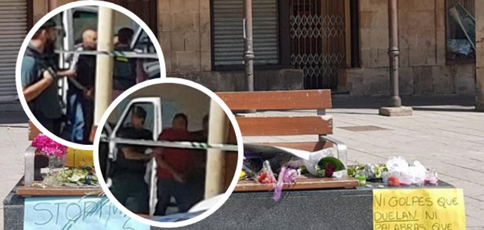 Vecinos y compañeros increpan al marido y al cuñado de Monika, que han estado declarando desde mediodía