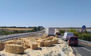Un camión pierde la carga de pacas de paja en la autovía de Pinares en el cuarto accidente en dos meses