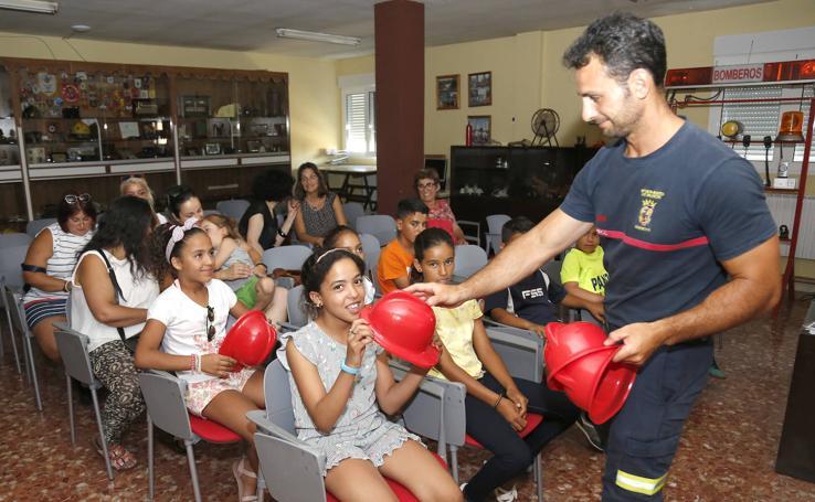 Visita de niños saharauis al parque de bomberos de Palencia
