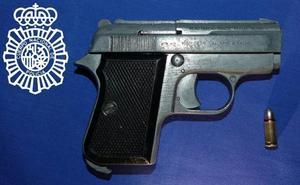 Detenido con una pistola con el número de serie borrado y munición en la recámara