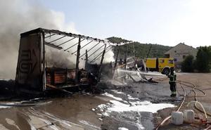 Los bomberos sofocan el incendio de un camión en la N-122 a la altura de Peñafiel