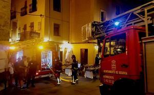 El humo de una chimenea provoca el sobresalto en un céntrico restaurante de Segovia