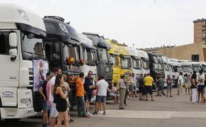 Los transportistas de Palencia engalanan sus camiones para celebrar San Cristóbal