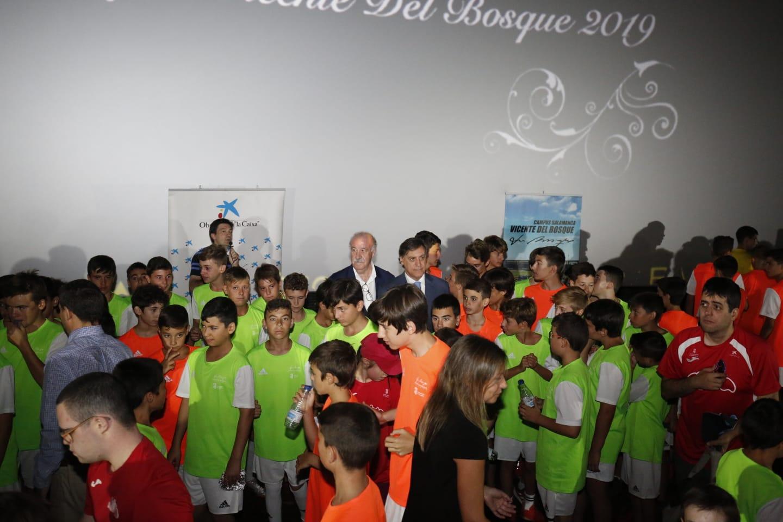 Visita de Vicente del Bosque, exseleccionador de fútbol, a los jóvenes que participan en el campus que lleva su nombre en Salamanca
