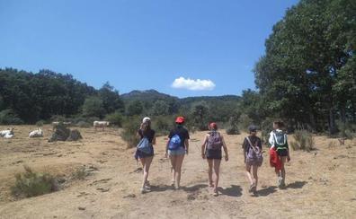 Una veintena de jóvenes de Escurial de la Sierra deja su huella caminando hacia la igualdad