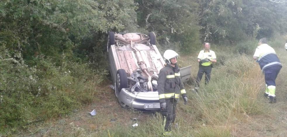 Vuelca en Báscones de Ebro y cuando llegan los servicios de emergencia no hay nadie en el coche