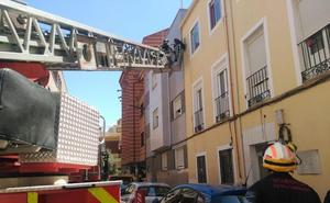 Los bomberos actúan en una fachada de la calle Asunción de Valladolid por el riesgo de desprendimientos