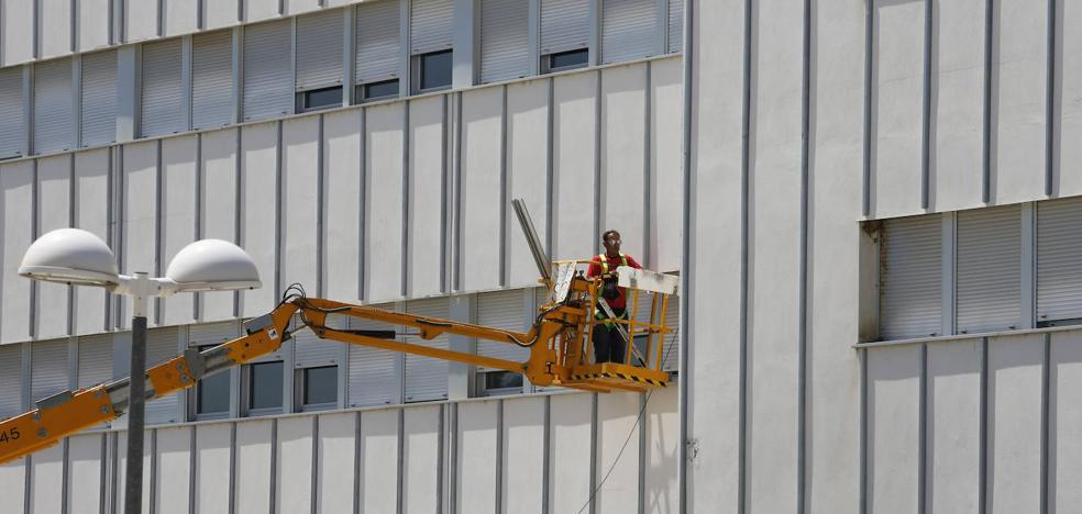 El edificio de Educación y Ciencias del Trabajo del campus de Palencia repara las grietas y humedades