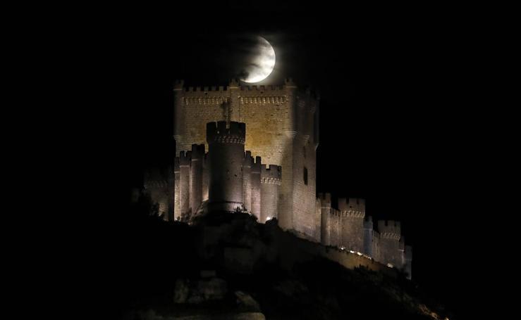Eclipse lunar sobre castillo Peñafiel