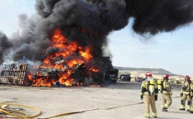 El fuego destruye una pila de coches destinados a chatarra en Renedo