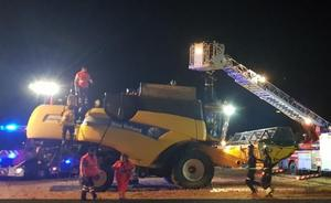 Los bomberos rescatan a un agricultor atrapado en la tolva de una cosechadora en Torrelobatón