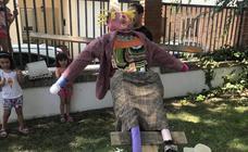 Los espantapájaros 'recobran la vida' en Serrada para lograr una próspera cosecha