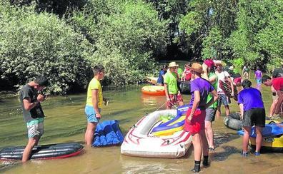 Mayorga se lanza al río para celebrar el tradicional descenso del río Cea