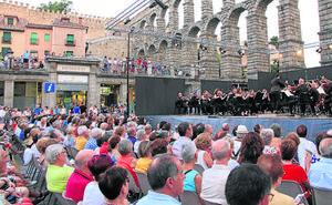 La OSCyL convierte la plaza del Azoguejo en un gran auditorio lleno hasta la bandera